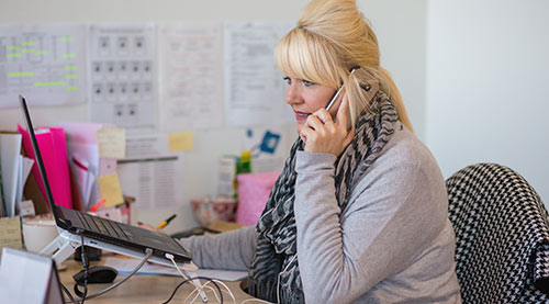IDAS worker supporting a client over the phone